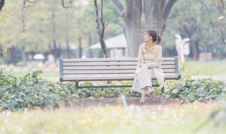 公園のベンチでの写真・画像素材[2199574]
