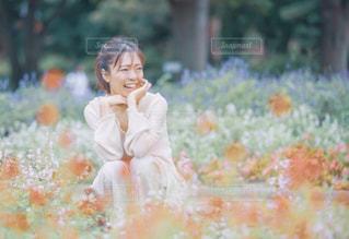 花とたわむれる私の写真・画像素材[2199577]
