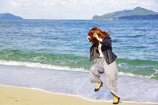 波に驚く彼女の写真・画像素材[2199844]