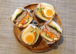 食べ物の皿の上に座っているサンドイッチの写真・画像素材[2200570]