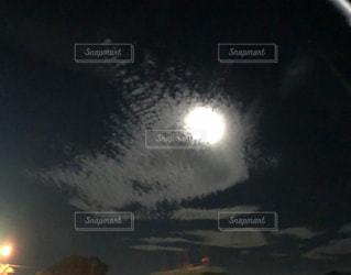 夜の赤い光のクローズアップの写真・画像素材[2200571]