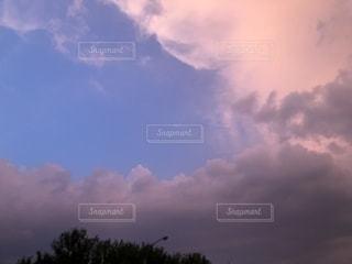 曇りの日の空の雲の写真・画像素材[2200573]