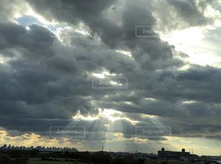曇りの日の空の雲の写真・画像素材[2206211]