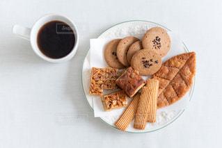 コーヒーとクッキーの写真・画像素材[2245731]