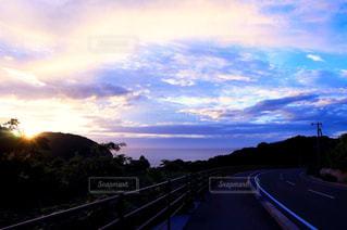 夕暮れ時のドライブの写真・画像素材[2214239]