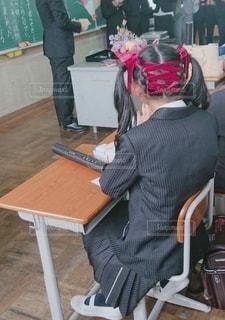 教室のいすに座っている女の子の写真・画像素材[2202482]