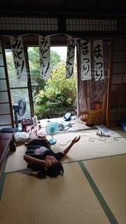 畳に寝転がっている女の子の写真・画像素材[2202496]