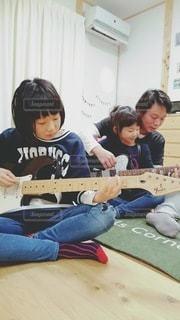 ギターを弾く家族の写真・画像素材[2207779]