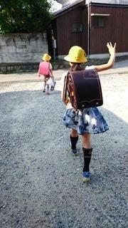 小学生が学校へ向かう朝の写真・画像素材[2207786]