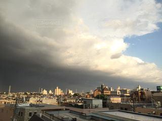 ゲリラ豪雨の前。急激に曇る。の写真・画像素材[742737]