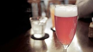 珍しいワインのロゼっぽい色をしたピンクのビールの写真・画像素材[955923]