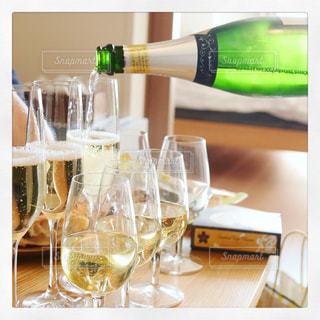 テーブル ワインのグラスの写真・画像素材[986929]
