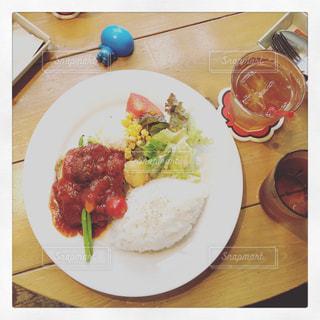 テーブルの上に食べ物のプレートの写真・画像素材[986934]