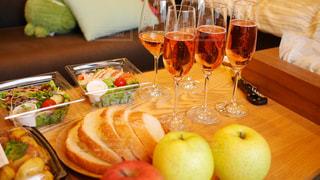 食品とワインのガラスのプレートをのせたテーブルの写真・画像素材[986945]