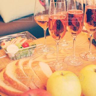 近くにワイングラスをテーブルの上に食べ物のアップの写真・画像素材[986946]