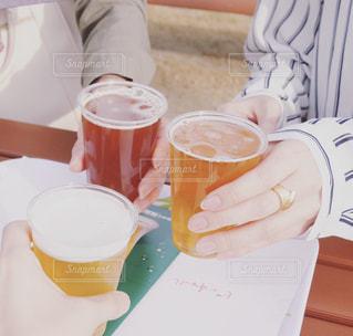 クラフトビールでピクニックの写真・画像素材[986966]