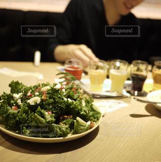 サラダとビール飲み比べの写真・画像素材[986982]