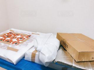 テーブルの上の青と白のケーキの写真・画像素材[1001987]