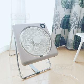 近くに白い椅子のアップの写真・画像素材[1252338]