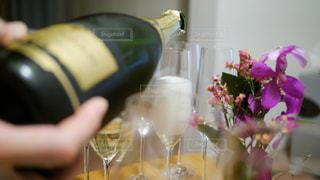ワインのグラスを持っている人の写真・画像素材[1311226]