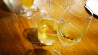 テーブル の上の白ワイン グラス デキャンタの写真・画像素材[1451321]