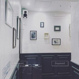 フォトフレームがオシャレに飾られたトイレの写真・画像素材[1451328]