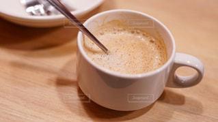 テーブルの上のコーヒー カップの写真・画像素材[1664328]
