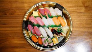 テーブルの上の宅配寿司の写真・画像素材[1717260]