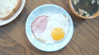 愛情あふれる朝食。ハート型のハムエッグ。の写真・画像素材[1810781]
