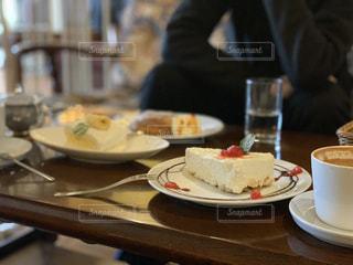 チーズケーキとコーヒーの写真・画像素材[1827259]