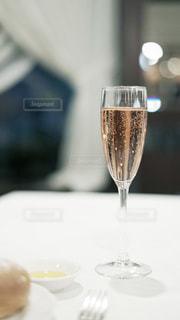 ワイングラスにつがれたロゼワインの写真・画像素材[2114022]