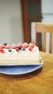木製のテーブルの上に置かれたケーキの写真・画像素材[2311044]