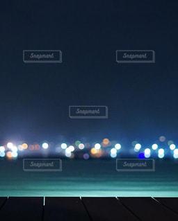 ナイトプールと遠くの街明かりの写真・画像素材[2318136]