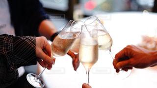 シャンパンで乾杯する男女の写真・画像素材[2318215]