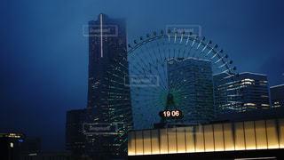 悪天候の横浜の夜の写真・画像素材[2318219]