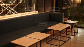 カフェのテーブルとソファの写真・画像素材[2318241]