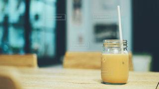 テーブルの上のミルクティーorチャイ 環境に優しい紙製ストローの写真・画像素材[2318278]