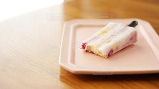 木製のテーブルの上に置かれたアイスの写真・画像素材[2318352]