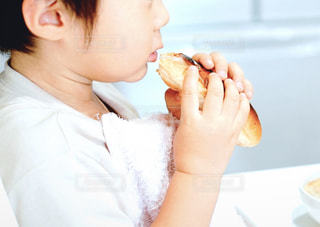 パンを食べる男の子の写真・画像素材[2318617]