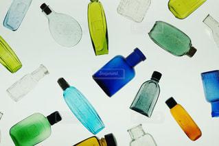 展示されているカラフルで小さなボトルの写真・画像素材[2318638]
