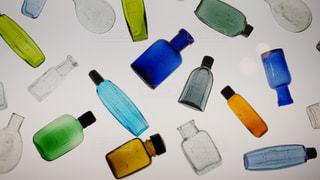 展示されたカラフルで小さな瓶の写真・画像素材[2318639]