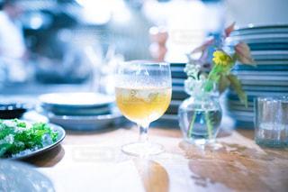 テーブルの上のワイングラスの写真・画像素材[2442280]