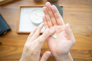 身だしなみを整える男性の手の写真・画像素材[2442283]