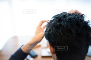 ヘアスタイリング中の男性の写真・画像素材[2442284]