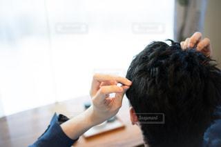 ヘアスタイリング中の男性の写真・画像素材[2442285]