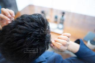 ヘアスタイリング中の男性の写真・画像素材[2442286]