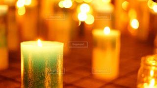 たくさんの青いキャンドルに火が灯されたイベントの写真・画像素材[2442308]