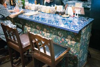 タイルのカウンターテーブルが印象的なバーの写真・画像素材[2442314]