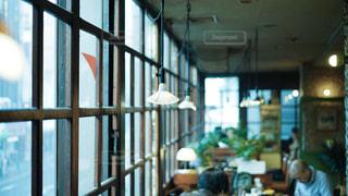 喫茶店の窓際の席の写真・画像素材[2446886]