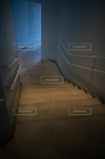 暗いコンクリートの階段の写真・画像素材[2469693]